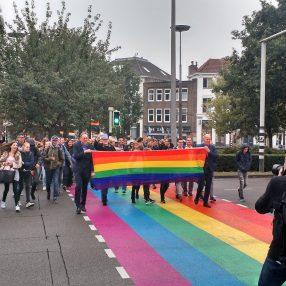 Wethouders König en Ritsema nemen officieel het regenboogzebrapad in gebruik
