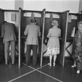 Mensen in Stemlokaal